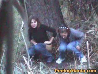 الفتيات اشتعلت التبول داخل ال غابة