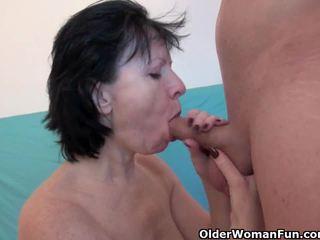 Wanton mormor är verkligen enjoying hans fan pinne