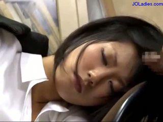 Birou doamnă dormind pe the scaun getting ei gură inpulit licking guy pula în the birou