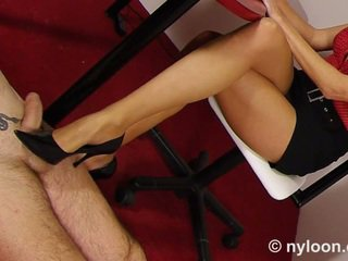 Nylon pantyhosed secretaresse gives schoenjob en voetjob
