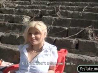 Blondie checa zorra kitty rica follada en público para dinero