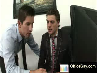 Homo guy przyłapani masturbacja w praca na biuro