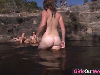 Jeune lesbienne plan a quatre dehors bain