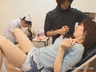 יפני נוער gets כוס toyed על ידי חרמן רופא