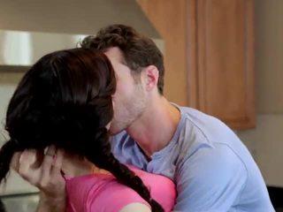 Jenna ross geneukt in de keuken