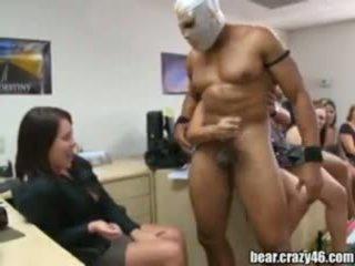 Sizzling apģērbta sievete kails vīrietis blowjobs uz birojs