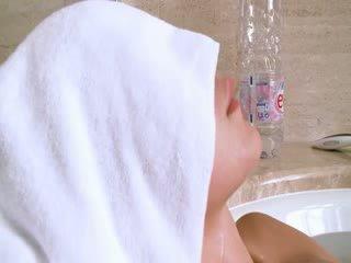Tenger irish meisje in de heet bath