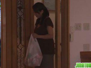 Rika gives häntä pää sisään the keittiö