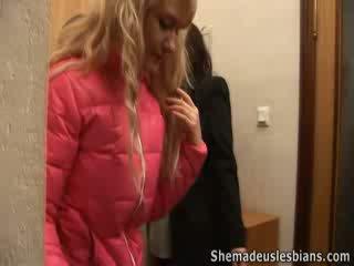 Skolotāja helps meitenes līdz saņemt orgasms.