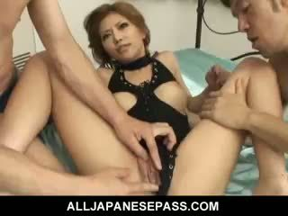Прекрасен японки момиче akane hotaru takes two cocks при на