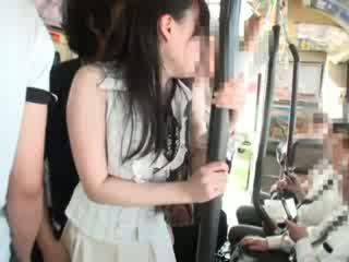 Innocent kuřátko tápal na a autobus