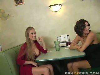 Abby rode en dylan ryder verleiden een waiter en delen zijn python