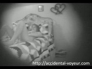 Verborgen camera - meisje betrapt masturberen in bed