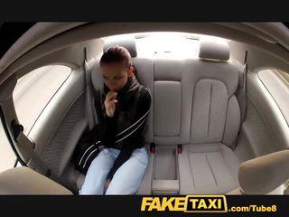 Faketaxi jong student fucks voor cash op haar journey