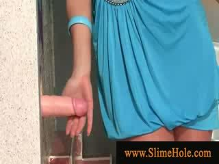 Blondine slet spelen met gloryhole lul in de toilet