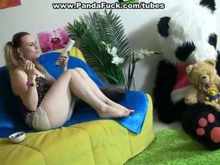 Hooters dame pleasuring juntos surrounding brinquedo peludo