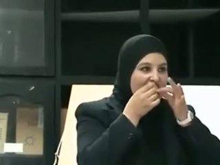 Arab κορίτσι puts προφυλακτικό από στόμα