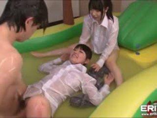 Luscious japans tieners nemen turns geneukt in opblaasbaar zwembad