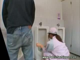 Nyilvános leszopás -ban a mens vécé