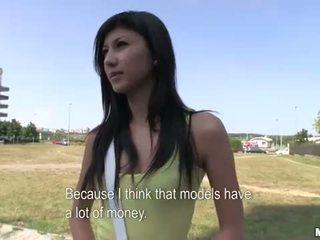 Innocent amateur teen ficken im öffentlich für geld