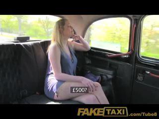 Faketaxi blondine met groot natuurlijk tieten merken extra cash