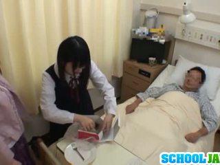 Aasialaiset koulutyttö visits male ystävä sisään sairaalan varten a