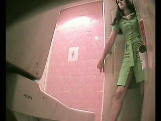 Pub badkamer spycam - meisje betrapt urineren