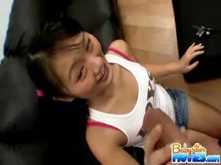 I eksituar të vogla dado evelyn shows larg të saj bythë dhe fingers e thellë