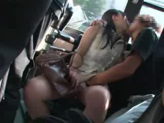 Innocent pupytė apgraibytas apie a autobusas