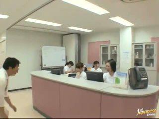 I mirë japoneze infermiere gives një stroking në the i durueshëm