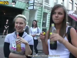 Sensuous drunken sweeties expose 他们的 tushes 和 奶 在 该 党