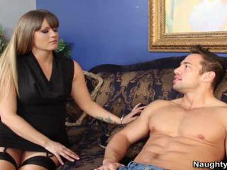 Smut bevállalós anyuka holly szív bounces neki nagy arse hole onto neki sons companion snake