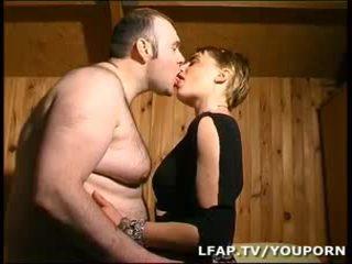 Amatrice blondýnka a la chatte poilue sodomisee par syn mari
