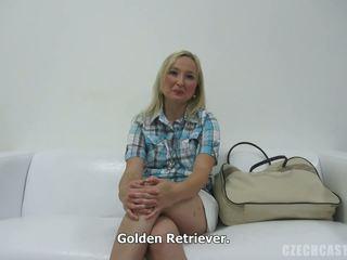 Gaiši blondīne skaistule gives grūti pecker a handjob uz pov