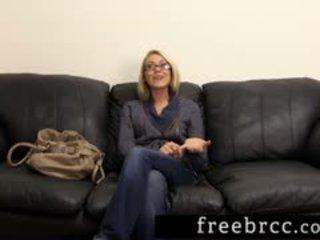 Krásný blondýnka humiliated během tajné pracoviště konkurs