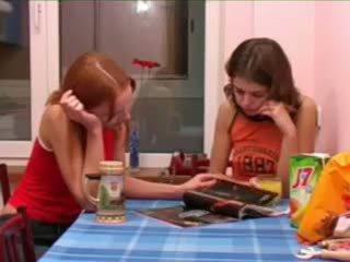 Masha och ivana teenies kissar på toalett