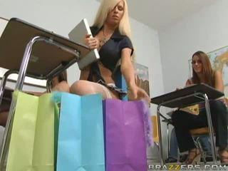 Gemeen rondborstig blondine schoolmeisje flashing haar wazoo in de klas