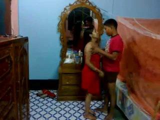 Honeymoon indické pair v ich spálňa