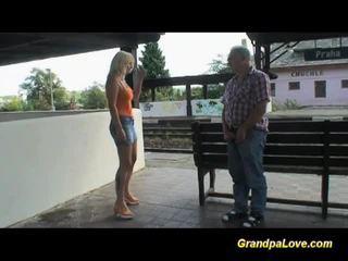 Krūtainas blondīne fucked netālu the railway