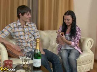 Jauks pusaudze pāris celebrates ar šampanietis un patiešām karstās sekss