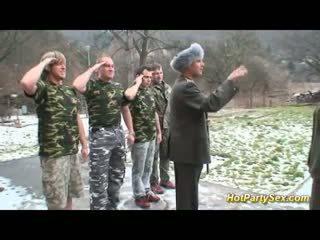 צבאי גברת gets soldiers זרע