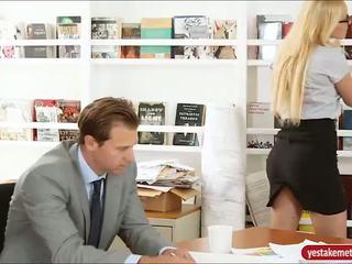 Piękne osobisty assistant vanessa klatka banged na biurko
