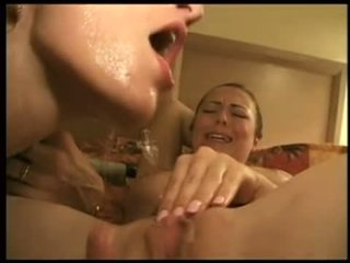Spuiten op lesbiennes gezicht video-