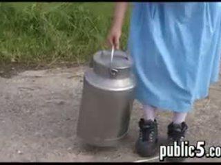 Máma jsem rád šoustat milking ji velký prsa outdoors