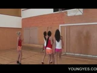 Schoolgirls 同 lust 為 性別 他媽的 在 的lesbo 鋼棒