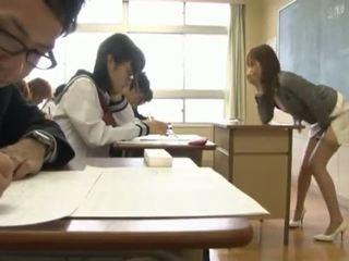 Нецензурен тайландски professor masturbates в клас в преден на тя students