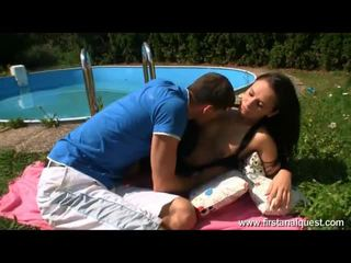 Impressive brunette ado enjoys la pleasures de anal sexe outdoors