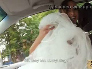 Stranded pangantèn fucks in wedding gown by stranger