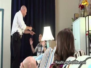 怒った 警官 fucks 小柄な hottie で フロント の 彼女の 夫