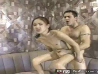 Aziatisch serveerster geneukt door muscle lul
